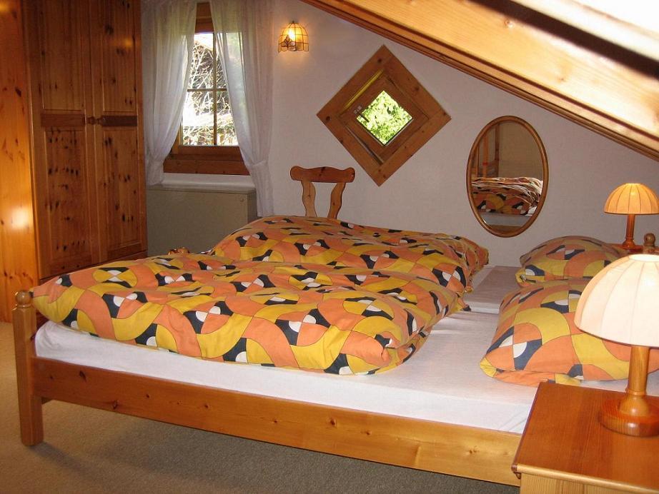 Schlafzimmer 1:Schlafzimmer im Obergeschoß; Schlafmöglichkeit für 2 Erwachsene und ein Kind