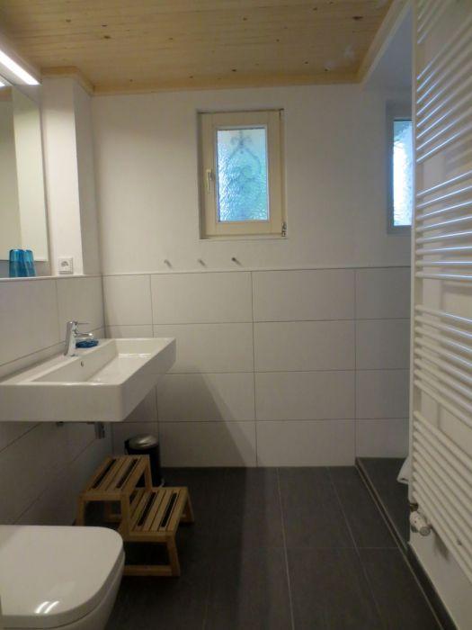 Bad EG:Doppelwaschbecken; Dusche mit Decken- und Wandbrause