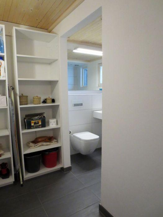 Vorzimmer Bad EG:Im Vorzimmer zum Bad EG finden sich diverse Haushaltsgeräte und Reinigungsmittel.