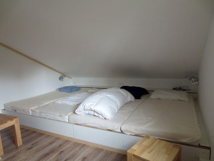 Hüttenzimmer:hochwertiges Hüttenlager für vier Personen (Lattenroste, Matratzen 90 x 200 cm); grosse Kommode (nicht sichtbar); Bank und Hocker