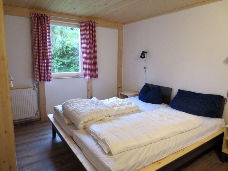 Schlafzimmer 2 EG:Doppelbett (180 cm Breite) mit zwei Nachttischen; Schrank