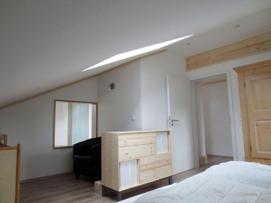 Schlafzimmer OG:Doppelbett (160 cm Breite) mit Nachttisch; Schrank, Kommode; Sitzecke; Babybett und Wickeltisch; Schreibtisch (nicht sichtbar)