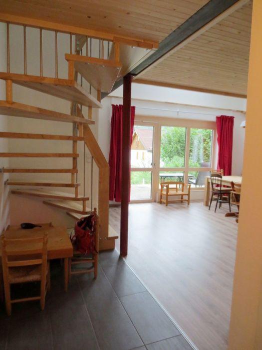 Kinderspielecke:Unter der Treppe befinden sich ein Maltisch für die Kleinen sowie eine Turnmatte zum Spielen.