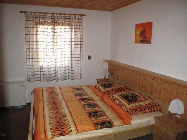 Schlafzimmer:mit Schrank, Kommode und Waschbereich
