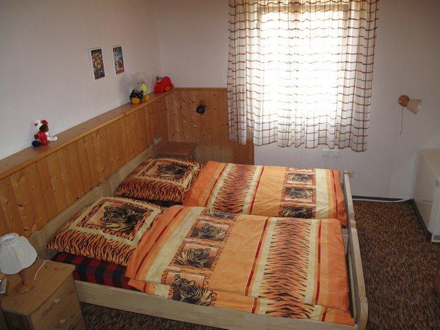 Schlafzimmer:Zwei Einzelbetten, die bei Bedarf getrennt werden können; mit Schrank, Kommode und Waschbereich
