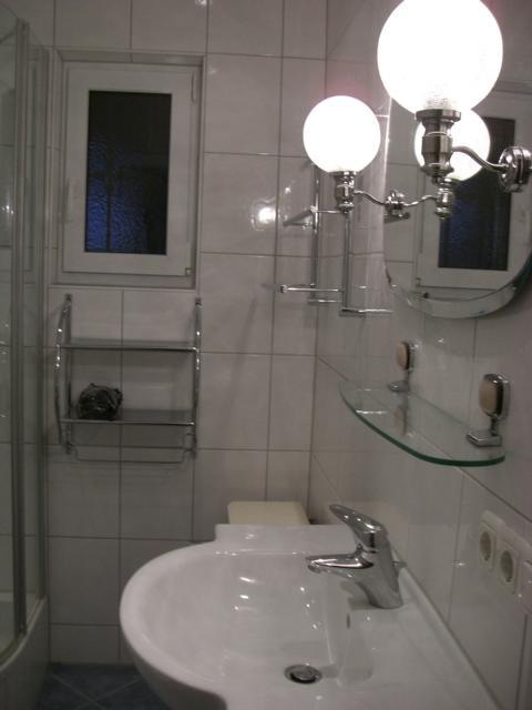 im Badezimmer:schönes Licht und viel Platz zum Ablegen  können wir Ihnen anbieten