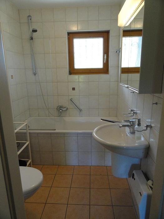 Renoviertes Badezimmer:Hier finden Sie eine kombinierte Badewanne mit Dusche, Waschbecken und WC.