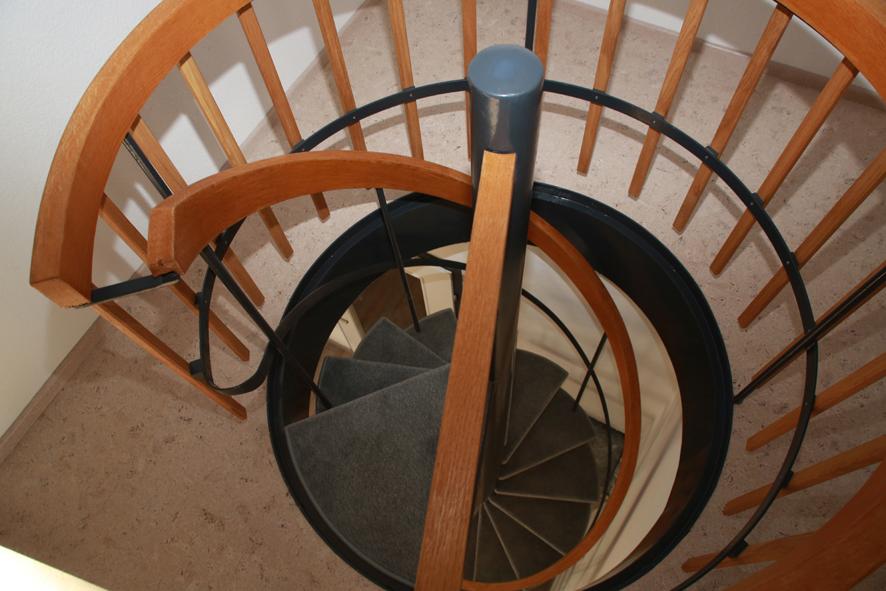 Wendeltreppe:Wendeltreppe mit Holzhandlauf und FIlzaufsatz (rutschsicher).