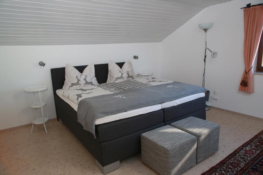Unterm Dach:Komfortables Boxspringbett mit Ausblick auf den Allgäuer Sternenhimmel.