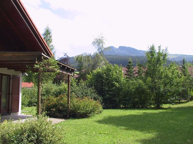 Gartenblick:Mit der Alpspitze im Hintergrund ...