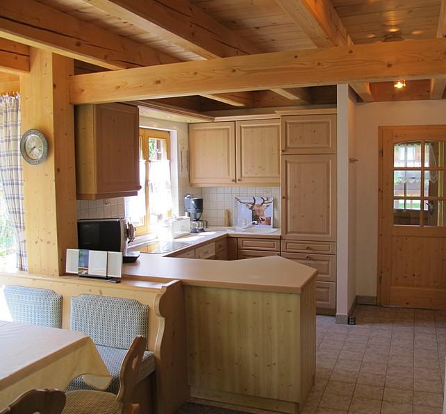 Offene Küche mit Sitzecke:Die offene Wohnküche mit Sitzgruppe zum Kachelofen ist das Zentrum im Erdgeschoss.