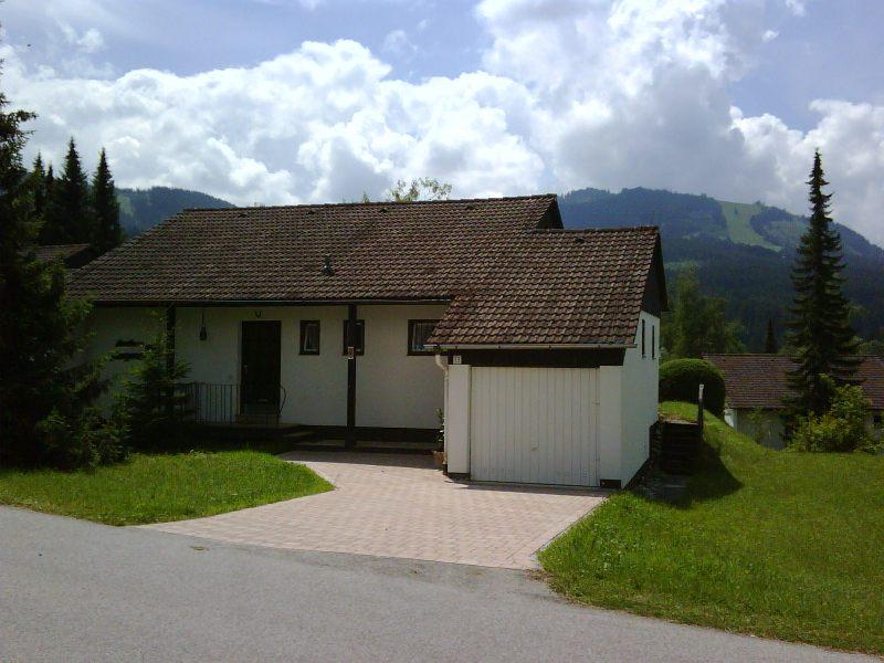 Im Sommer:Blick auf Landhaus Margarete mit  Reutterwanne im Hintergrung