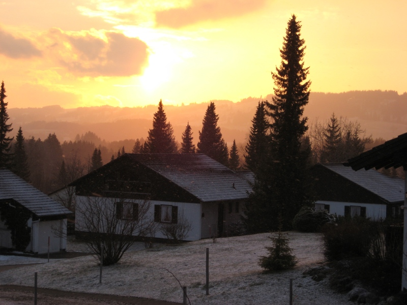 Aussenansicht Frühjahr:Mit etwas Glück können auch Sie das Alpenglühn vom Landhaus Margarete aus beobachten.