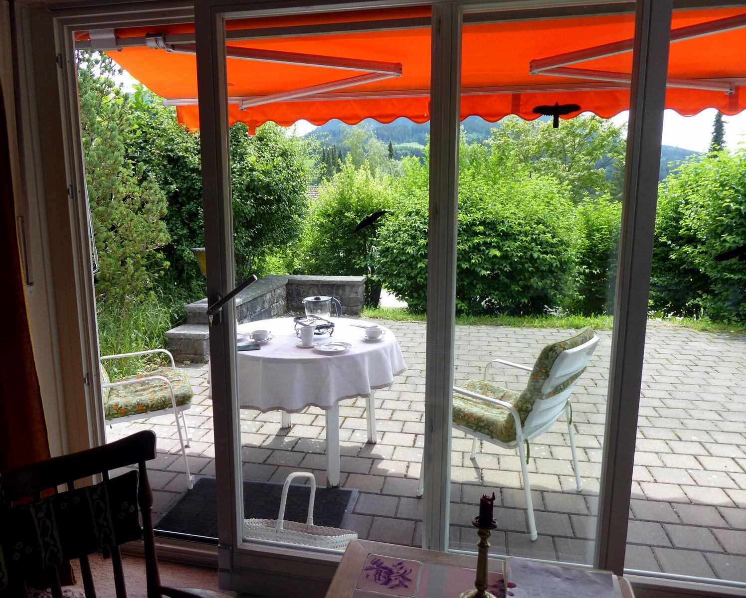 Blick auf Terrasse:Wunderschöner Sommertag im Juli 2020