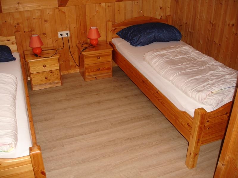 Zimmer mit Einzelbetten:2 Zimmer mit Einzelbetten. Dachfenster mit Abdunklungsrollo