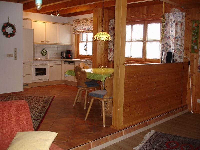 Küche mit Essplatz:Offener Küchen-,Ess-,Wohnbereich mit Kinderhochstuhl