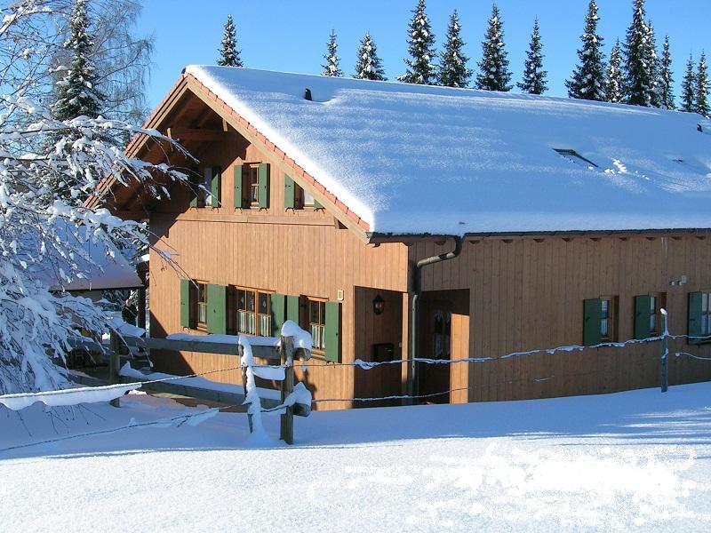 Winter:Alpspitzbahn 3 km entfernt, Buronlift 1,5 km entfernt, Loipe im Feriendorf