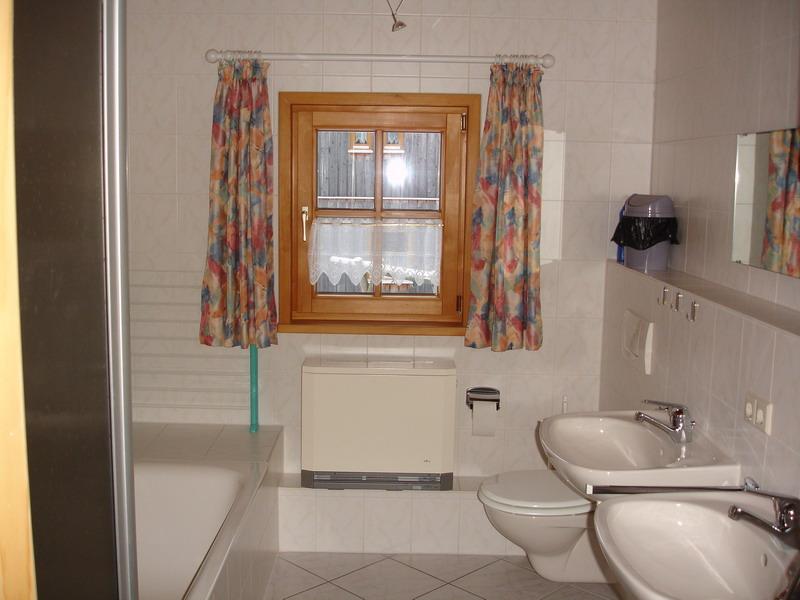 Bad:Dusche , Badewanne , WC , 2 Waschbecken