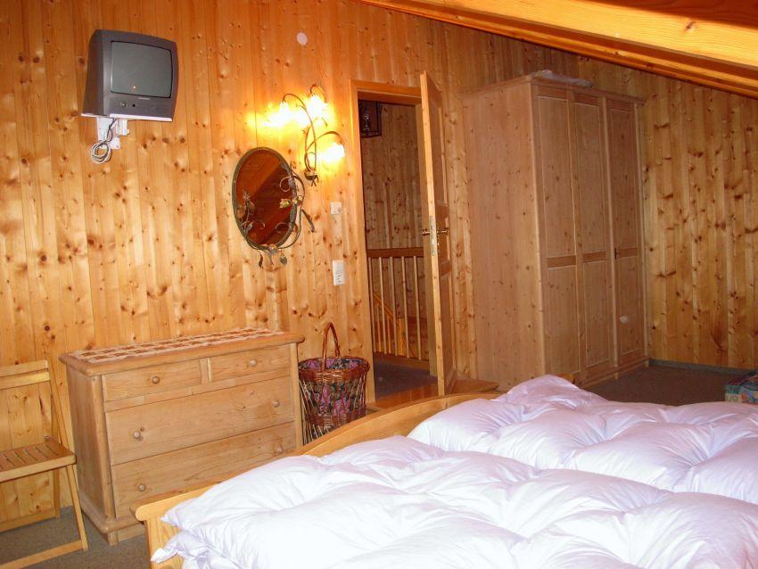 Elternschlafzimmer:Das Schlafzimmer im Dach ist mit eigenem Fernseher ausgestattet