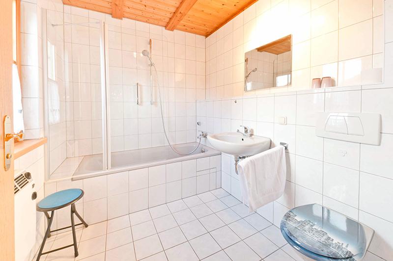 1. Badezimmer:Gegenüber des 1. Schlafzimmers befindet sich dieses Badezimmer
