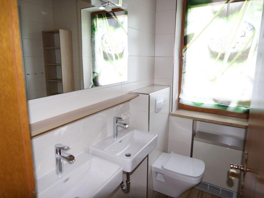 Badezimmer Erdgeschoss:Das Badezimmer mit großem Fenster und zwei Waschbecken ist mit einer Dusche ausgestattet (im Bild rechts hinter der Tür), in der man herrlich entspannen kann!
