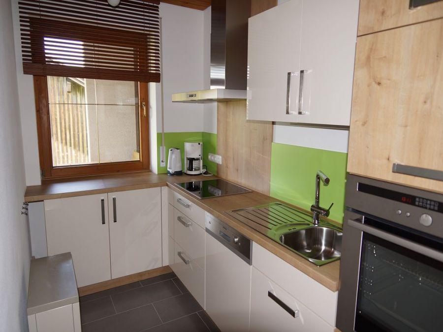 Küche Erdgeschoss:Die Küche bietet jeglichen Komfort den man heute benötigt. Das große Fenster spendet genügend Licht und macht auch das Lüften beim Kochen leicht. Es sind alle notwendigen Geräte wie z.B. eine Spülmaschine vorhanden.