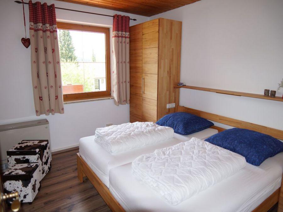 Schlafzimmer 1 EG:Das erste Schlafzimmer im Erdgeschoss, auch gern als Elternschlafzimmer verwendet, ist mit einem schönen Doppelbett und passenden Kleiderschränken ausgestattet.