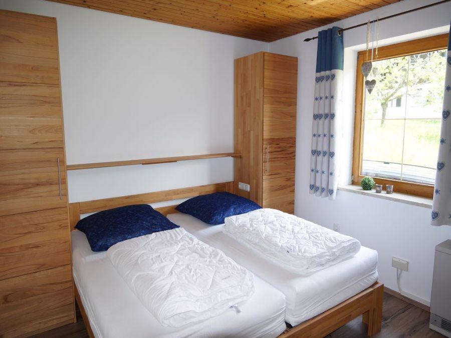 Schlafzimmer 2 EG:Das Schlafzimmer ist mit einem Doppelbett uns zwei Kleiderschränken ausgestattet und bietet genügend Platz.