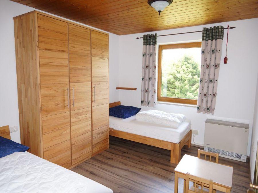 Schlafzimmer 3 EG:Das dritte Schlafzimmer im Erdgeschoss bietet durch den großen Schrank genügend Stauraum für das Urlaubsgepäck. Ein Tisch für Kinder zum Malen oder Basteln ist vorhanden, damit sich die Kinder auch mal zurückziehen können!