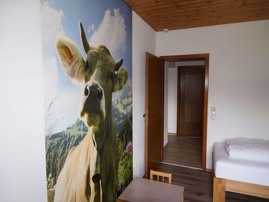 Schlafzimmer 3 EG:Passend zum Allgäu haben wir auch viel Wert auf die Einrichtung gelegt. Unsere Kuh Rosi freut sich schon auf Sie!