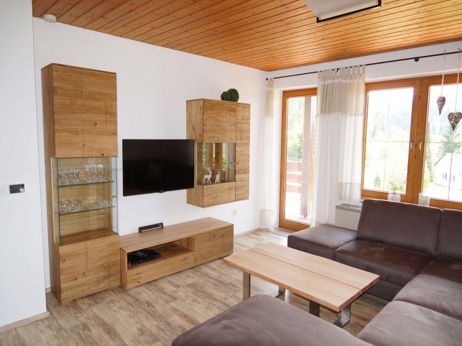 Wohnzimmer Erdgeschoss:Unser Wohnzimmer ist mit einem Flachbildfernseher, DVD Player sowie einer Stereoanlage, an der sie auch Musik von Ihrem Smartphone hören können, auf dem neuesten Stand.