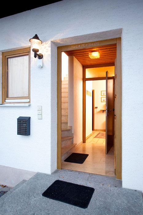 Eingangsbereich:In unserem Eingangsbereich können Sie bereits den Aufgang in die Dachwohnung sowie die Trennung anhand einer zusätzlichen Wohnungstüre im EG erkennen. Ideal für zwei bekannte Familien oder eine Familie mit Großeltern!