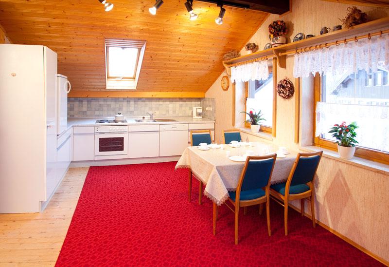 Küche Dachgeschoss:Die sehr große Küche mit Essbereich geht fließend ins Wohnzimmer über. Hier finden Sie zusätzlich zum Erdgeschoss eine komplette Kücheneinrichtung mit allen benötigten Geräten, um unabhängig zu sein.