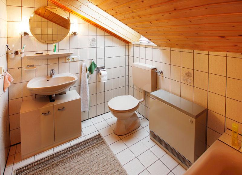 Badezimmer Dachgeschoss:Das Badezimmer mit Fenster und Badewanne bietet nochmal genügend Platz für vier Personen, welche im Dachgeschoss untergebracht sind. Somit müssen sie nicht extra ins Erdgeschoss, sondern haben ihre eigene Waschgelegenheit in der separaten Dachwohnung.