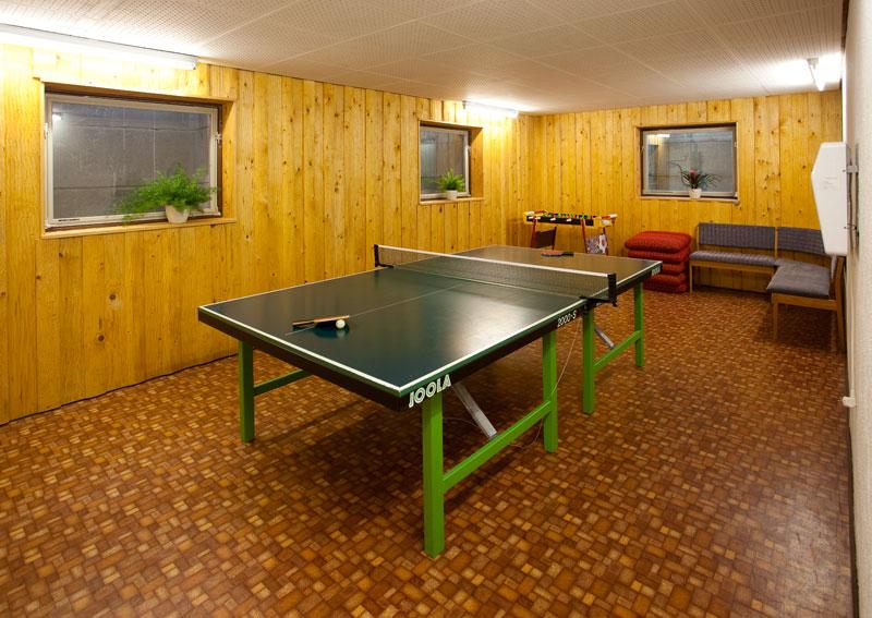 Tischtennisraum:Im schön verkleideten Tischtennisraum im Keller kann man sich an der Tischtennisplatte und dem Kicker so richtig austoben!