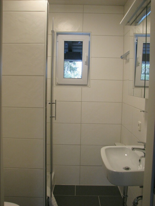 Bad:neu renoviertes Bad mit Dusche und WC