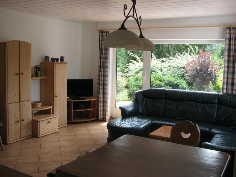 Wohnzimmer: mit LED Fernseher und großer Leder- Eckpolstergarnitur
