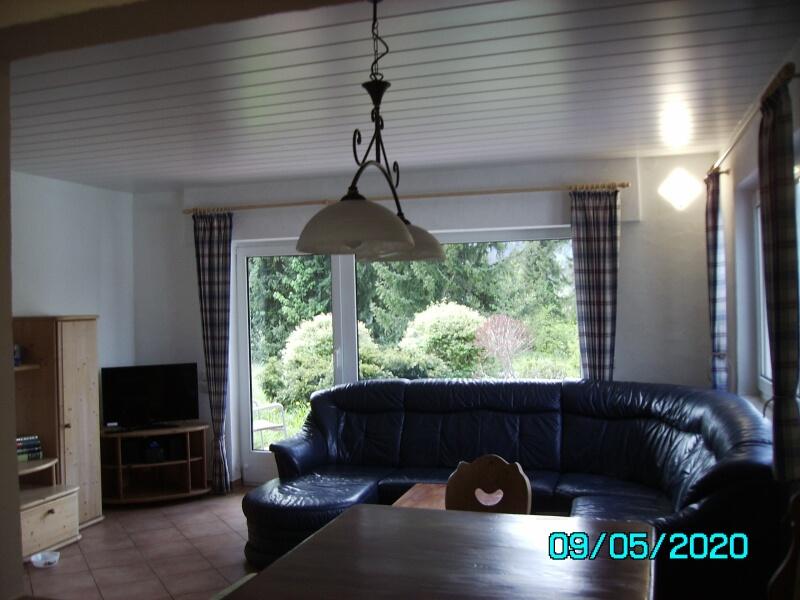 Wohnzimmer:Wohnzimmer mit LCD Fernseher und großer Leder-Eckpolster Garnitur