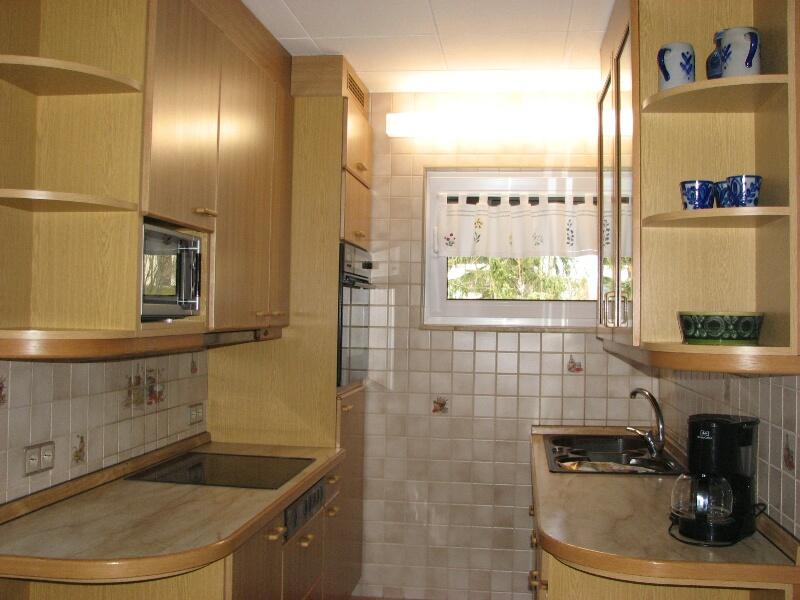 Küche:Blick vom Wohnzimmer  in die Küche mit Backofen, Mikrowelle, Geschirrspüler und Ceran Kochfeld