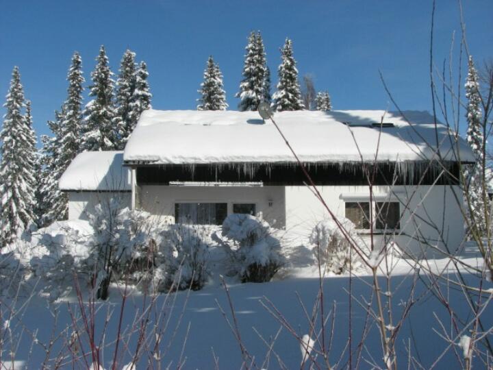 Terrasse:Blick auf die verschneite Terasse mit Wiese
