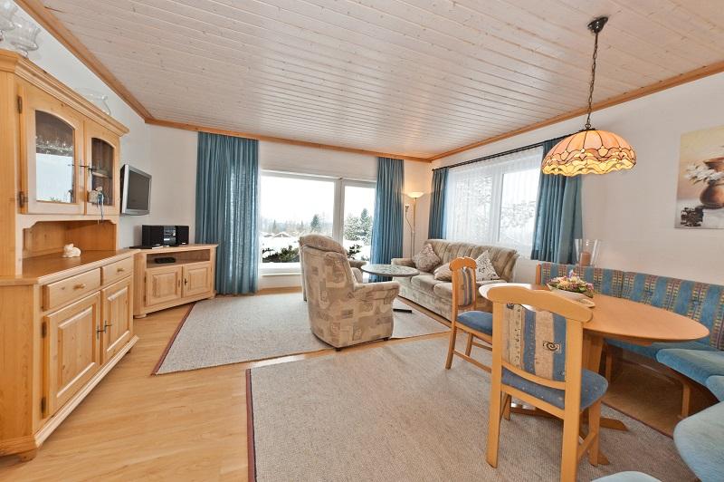 Wohnzimmer mit Essecke: