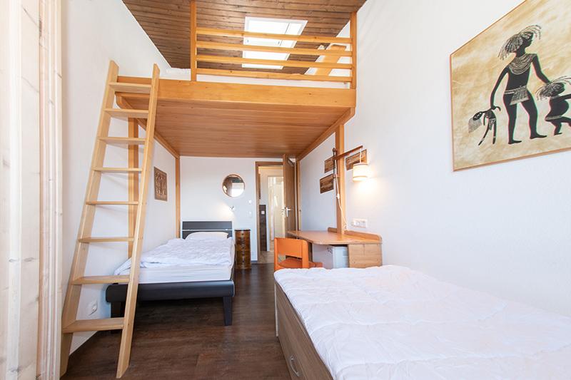1. Kinderzimmer:Mit zwei separaten Betten unten und einem Hochbett für zwei Personen