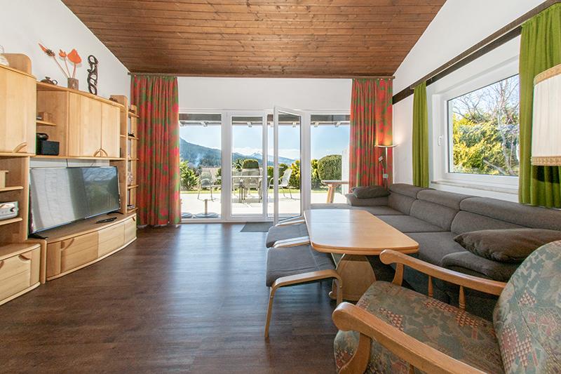Wohnzimmer zur Terrasse:Auch abends durch die Außenbeleuchtung mit schönem Blick nach draußen