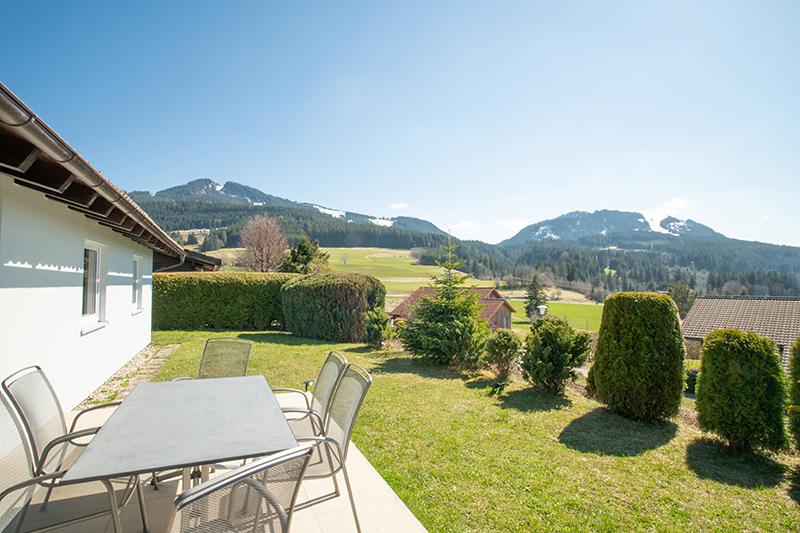 Terrasse und Garten:Die Terrasse ist auch durch die erhöhte Lage vor Blicken geschützt