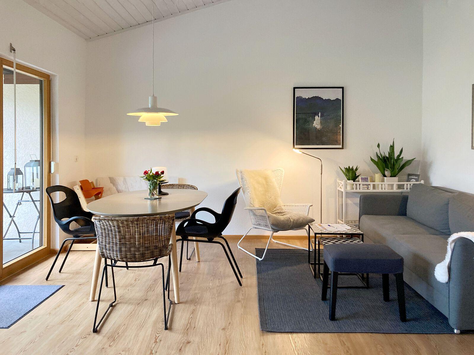 Wohnzimmer mit Esstisch: