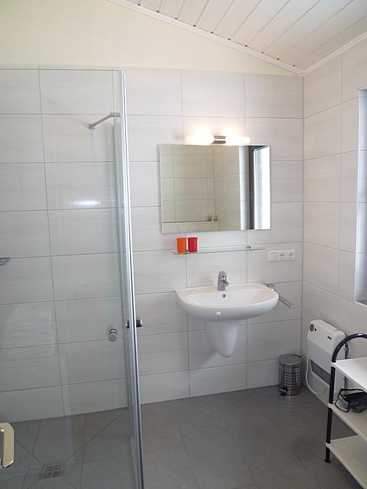 Bad mit Dusche und WC: