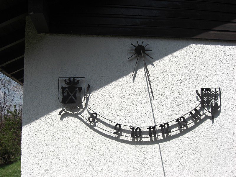 Sonnenuhr :Links Wappen Bad Homburg / Rechts Nesselwang