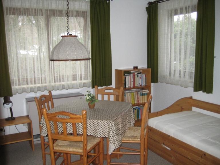 Schlafzimmer 3:Wohnschlafzimmer. Dieser Raum ist durch seine 2 Fenster sehr hell. Auch hier hat man die Möglichkeit sich zu Spielen zurückzuziehen.