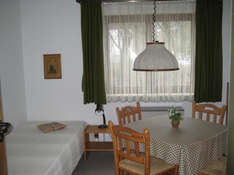 Schlafzimmer 3:Dieses Zimmer hat 2 Betten und Tisch