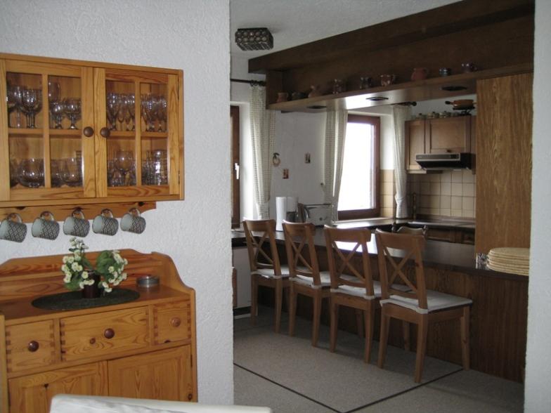 Wohnzimmer:mit Blick in  die Küche. Offene Küche mit Esstheke für gemeinsame Kocherlebnisse.